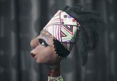 Bambola africana su fondo scuro Fotografia Stock
