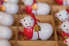 Bambola bianca della mucca in scatola fotografie stock libere da diritti