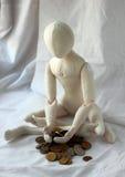 Bambola che si siede sulla montagna che si addolora le piccole cose circa povertà fotografia stock libera da diritti