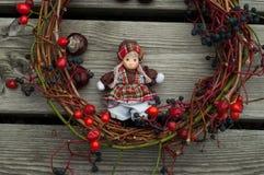 Bambola con la decorazione di autunno Immagine Stock