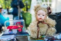 Bambola d'annata, nel vestito di un orsacchiotto fotografia stock libera da diritti