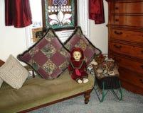 Bambola d'annata nella stanza d'annata immagine stock