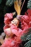 Bambola del ballerino del cabaret del giocattolo dell'albero di carnevale con piume rosa Fotografia Stock Libera da Diritti