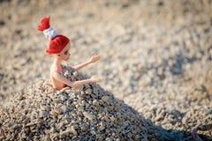 Bambola del giocattolo nel mucchio di ghiaia immagini stock libere da diritti