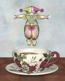 Bambola del pagliaccio di Pierrot che salta in una tazza di tè Fotografia Stock