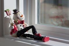 Bambola del pupazzo di neve nella finestra Fotografia Stock Libera da Diritti