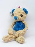 Bambola dell'orsacchiotto su fondo bianco Fotografie Stock Libere da Diritti