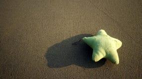 Bambola della stella e la spiaggia di sabbia Immagini Stock Libere da Diritti