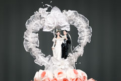 Bambola delle coppie dello sposo e della sposa sulla torta nunziale Fotografia Stock Libera da Diritti