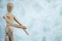 Bambola di disegno contro il fondo fiammeggiato bianco di verde della menta Spazio per testo immagine stock