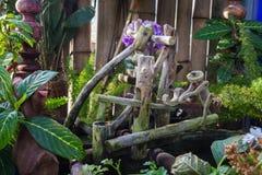 Bambola di legno nel giardino immagine stock
