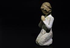 Bambola di preghiera della scultura isolata su fondo nero Fotografia Stock Libera da Diritti