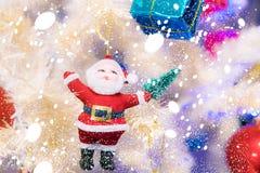 Bambola di Santa che ha appeso sugli alberi di Natale illustrazione di stock