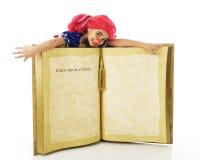 Bambola di straccio vivente su un libro Fotografia Stock
