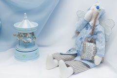 Bambola di Tilda in blu con di Music Box Immagine Stock