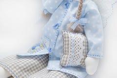 Bambola di Tilda nella seduta blu Fotografie Stock Libere da Diritti
