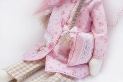 Bambola di Tilda nella seduta rosa Fotografie Stock Libere da Diritti