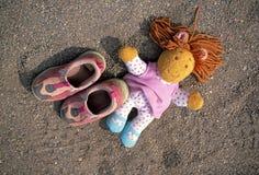 Bambola e pattini di tennis Fotografia Stock