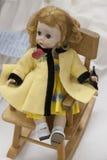 Bambola fatta a mano della ragazza sulla sedia di oscillazione Fotografia Stock