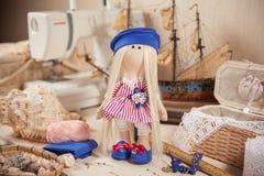 Bambola fatta a mano in posto di lavoro Immagini Stock Libere da Diritti