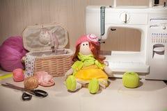 Bambola fatta a mano in posto di lavoro Immagini Stock