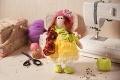 Bambola fatta a mano in posto di lavoro Immagine Stock