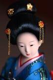 Bambola giapponese della porcellana in kimono blu Immagini Stock
