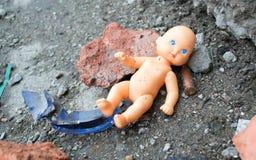 Bambola nelle rovine immagini stock libere da diritti