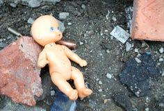 Bambola nelle rovine immagine stock