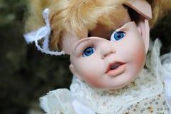 Bambola rotta della porcellana fotografia stock