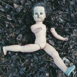 Bambola rotta sull'a terra - Halloween terrificante fotografia stock