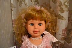 Bambola sulla tavola immagini stock libere da diritti