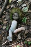 Bambola sulla terra immagine stock