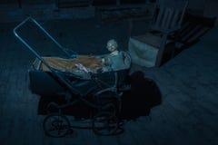 Bambola terrificante in un carrozzino Immagine Stock Libera da Diritti