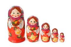 Bambole annidate su bianco immagini stock