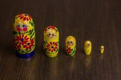 Bambole, babushkas o matryoshkas russi di incastramento Immagine Stock