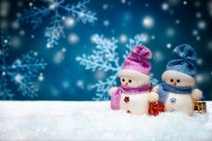 Bambole dei pupazzi di neve sul fondo blu di inverno Fotografia Stock Libera da Diritti
