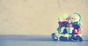 Bambole del pupazzo di neve con il regalo in loro mani Immagine Stock Libera da Diritti