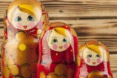 Bambole di babushkas o di Matrioshka Immagine Stock
