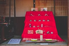 Bambole di Hina sul piedistallo rosso fotografia stock libera da diritti