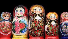 Bambole di legno che stanno in una fila Immagini Stock