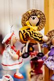 Bambole di legno vestite in attrezzature differenti bambole di legno fatte a mano che appendono come esposizione Bambole decorati Immagine Stock