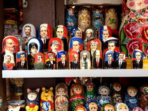 Bambole di Matryoshka dei leader mondiali su esposizione St Petersburg Russia Fotografia Stock