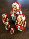 Bambole di Matryoshka messe contro un contesto di legno immagini stock