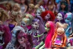 Bambole di plastica del giocattolo da vendere nel mercato di Otavalo Ecuador Fotografia Stock Libera da Diritti