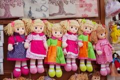 Bambole di straccio a colori vestiti, giocattoli dei bambini dai residui di riserva di materiale fotografie stock
