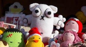 Bambole fatte a mano variopinte sulla vendita al mercato fotografie stock
