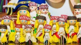 Bambole lettoni del ricordo in vestiti nazionali Immagini Stock