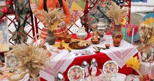 Bambole russe delle gente di bielorusso e della samovar Tabella con Baranki Bere russo tradizionale del tè stock footage