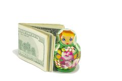 Bambole russe di babushka con le banconote in dollari isolate Fotografia Stock